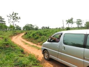 Skumpiga vägar och AC-utrustad bil.