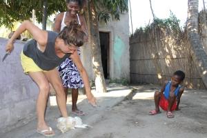 Sekunderna efter… Jag blev skrämd av att hönan svalde och släppte taget! Mamma Felizarda skrattar i bakgrunden.